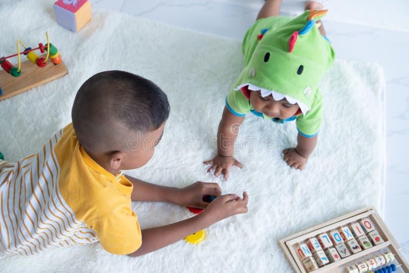 Милая игра 2 брат в комнате стоковое фото rf