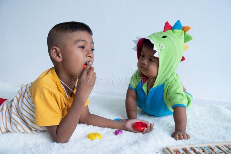 Милая игра 2 брат в комнате стоковое изображение rf