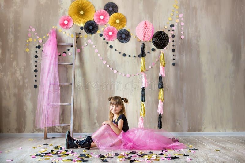 Милая красивая дама девушки представляя в причудливой фиолетовой юбке платья с 7 празднуя ее день дня рождения с потехой и радост стоковое изображение rf