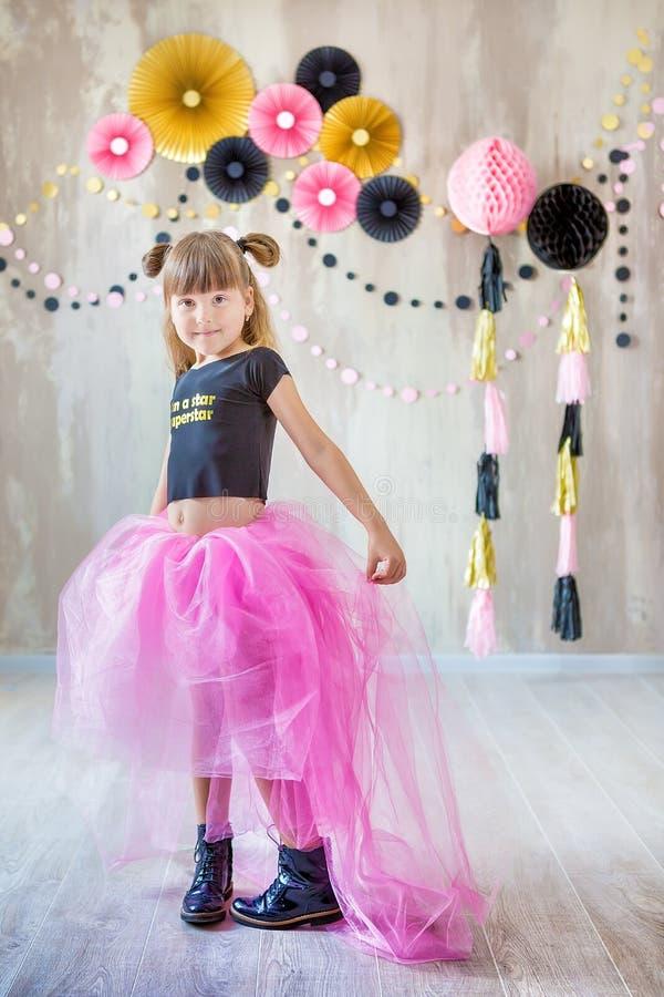 Милая красивая дама девушки представляя в причудливой фиолетовой юбке платья с 7 празднуя ее день дня рождения с потехой и радост стоковая фотография rf