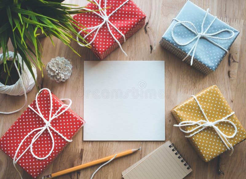 Милая красочная подарочная коробка точки представляет с предпосылкой notepaper стоковые фотографии rf