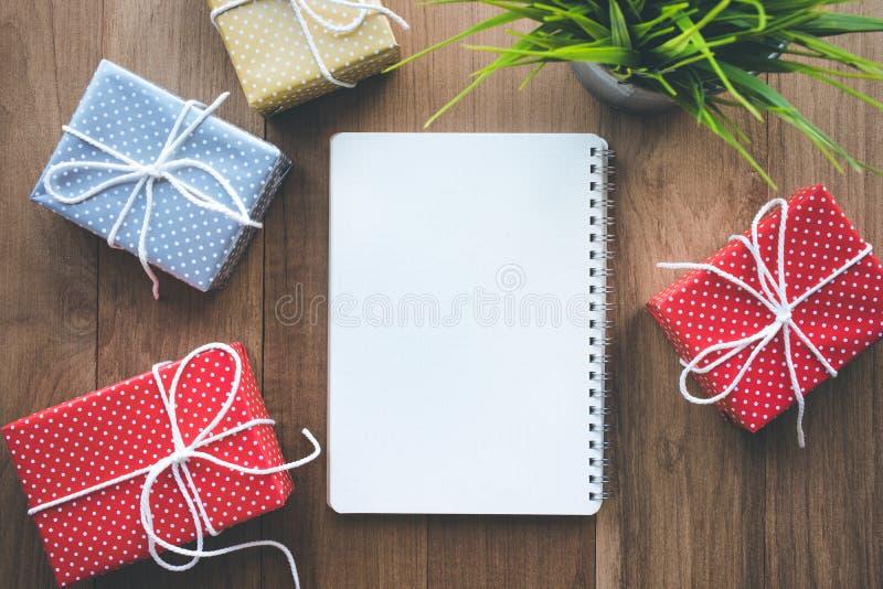 Милая красочная подарочная коробка точки представляет с предпосылкой notepaper стоковое изображение rf