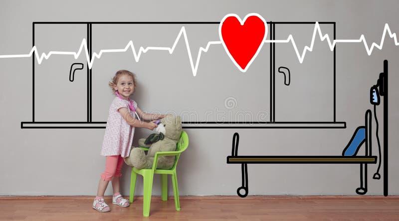 Милая маленькая белокурая девушка позаботить об ее медведь игрушки Рисовать палаты Позаботиться о другие и сострадание стоковое фото