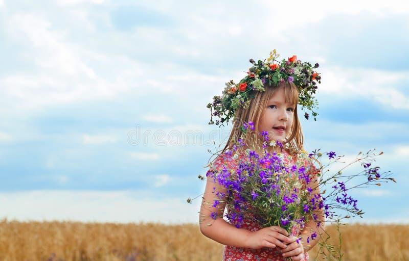 Милая маленькая девочка в пшеничном поле лета стоковые фото