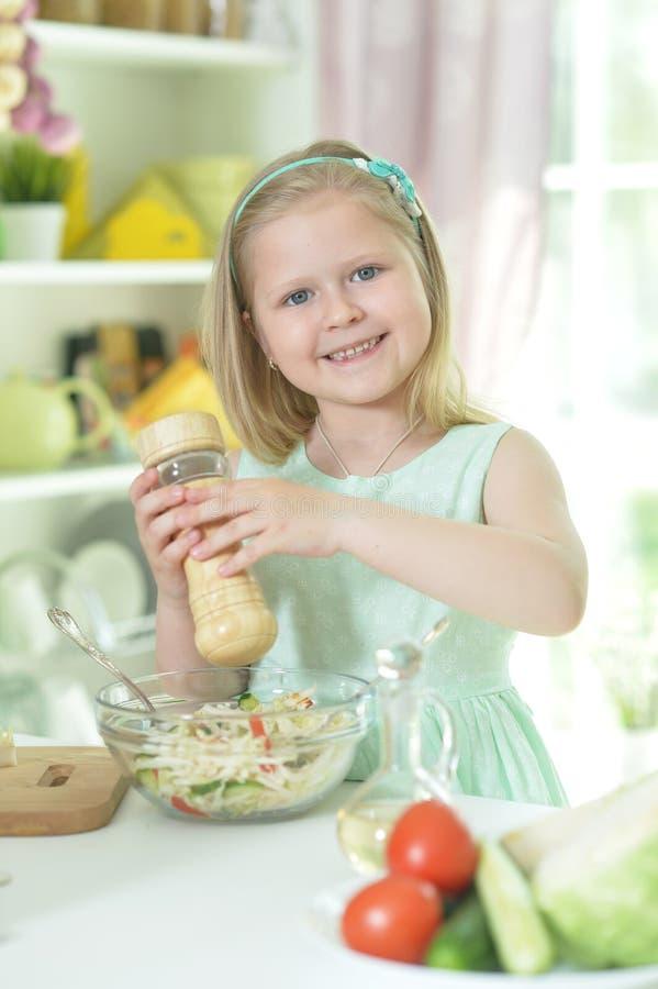 Милая маленькая девочка делая обедающий стоковые фото