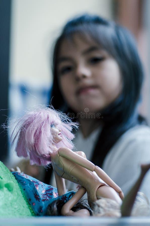 Милая маленькая девочка играя с куклой игрушки стоковая фотография rf