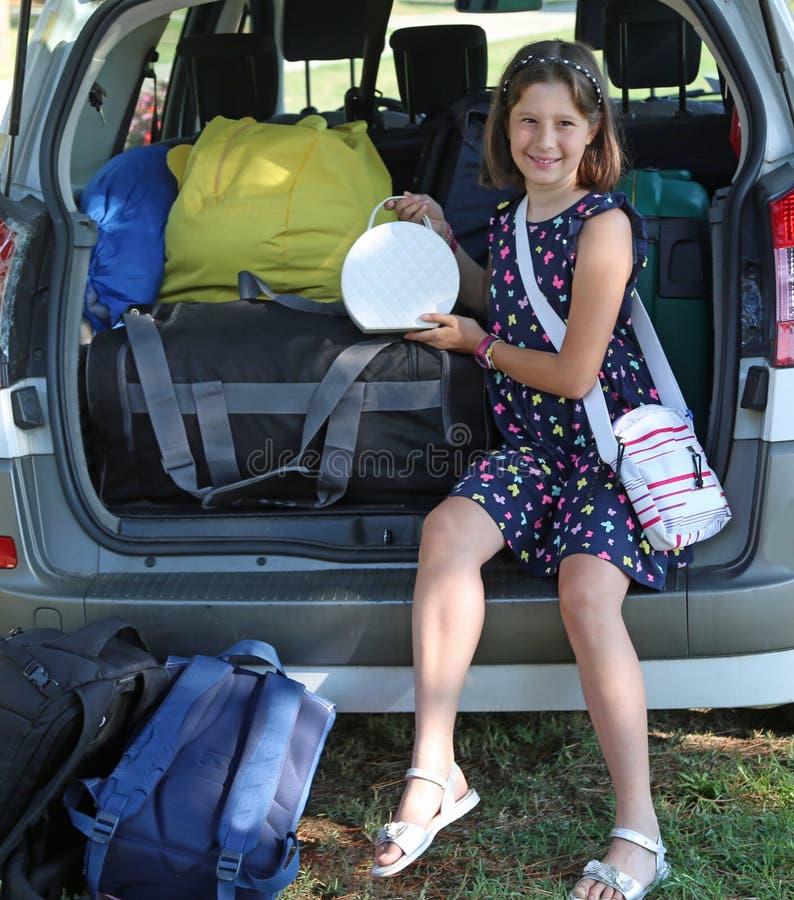 Милая маленькая девочка и ее белая малая сумка стоковое изображение rf