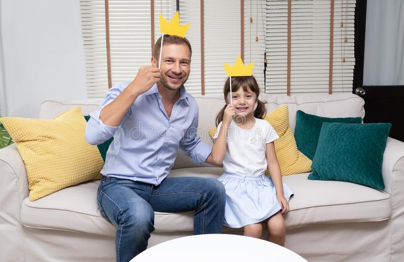 Милая маленькая девочка и ее красивый отец с вороной бумаги удерживания стоковое фото rf