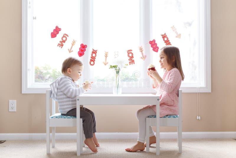 Милая маленькая девочка и мальчик дня Валентайн стоковое фото rf