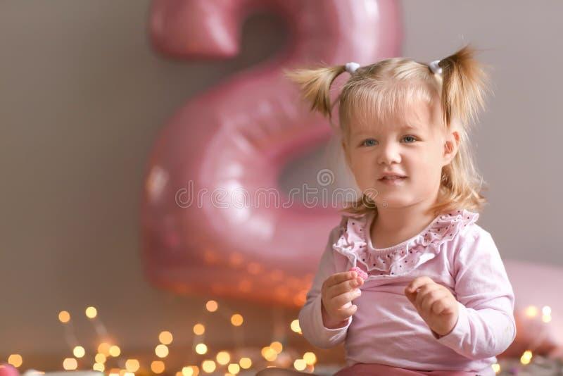 Милая маленькая девочка на его втором дне рождения дома стоковые изображения rf