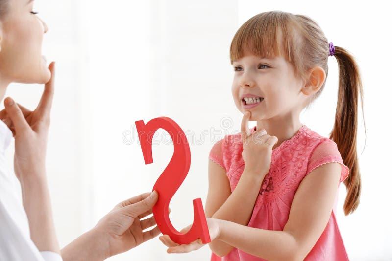 Милая маленькая девочка на логопеде стоковое изображение rf