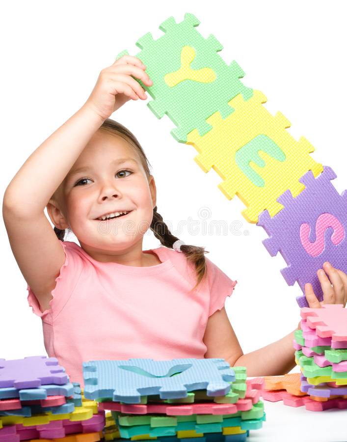 Милая маленькая девочка проводит да лозунг стоковые фотографии rf