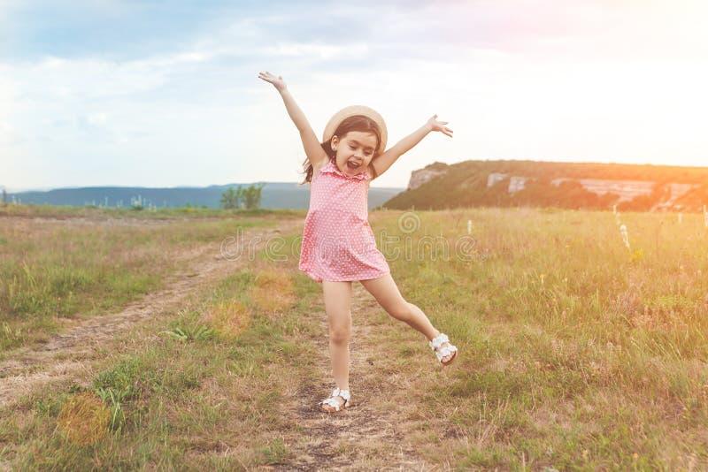 Милая маленькая девочка скача outdoors стоковые фото