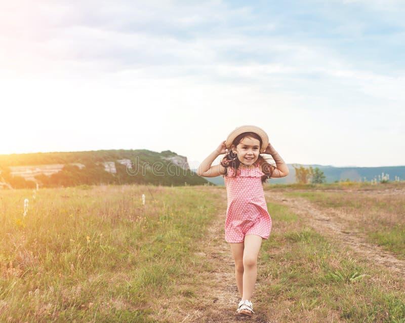 Милая маленькая девочка скача outdoors стоковые изображения rf