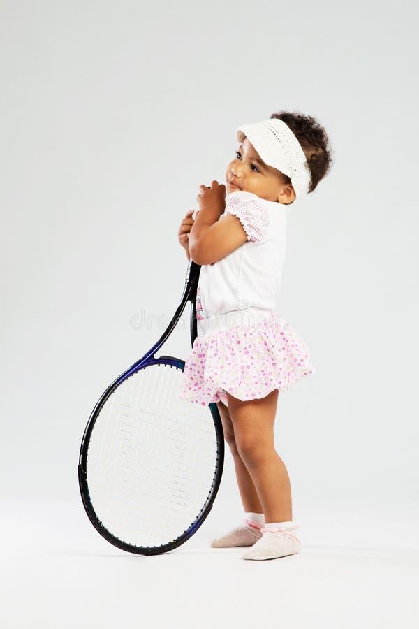 Милая маленькая девочка с ракеткой тенниса стоковое изображение rf