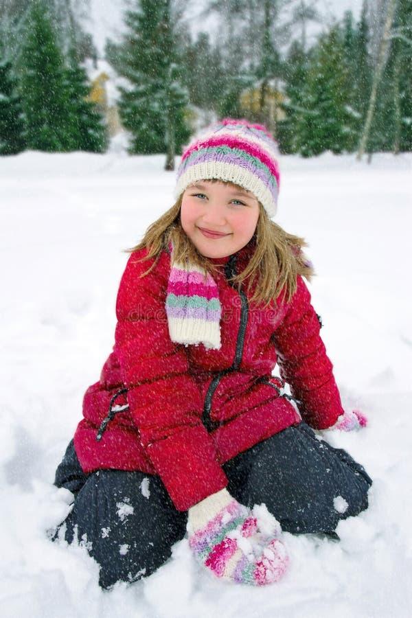 Милая маленькая девочка outdoors в зиме стоковые фотографии rf