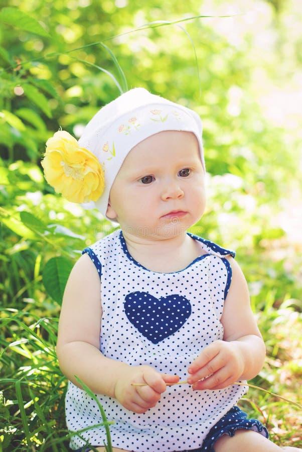 Милая маленькая девочка outdoors в сельской местности стоковые фотографии rf