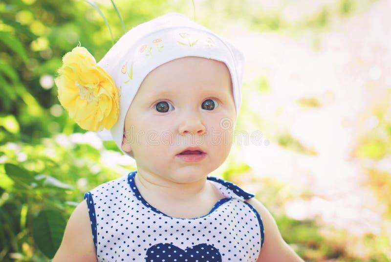 Милая маленькая девочка outdoors в сельской местности стоковое фото