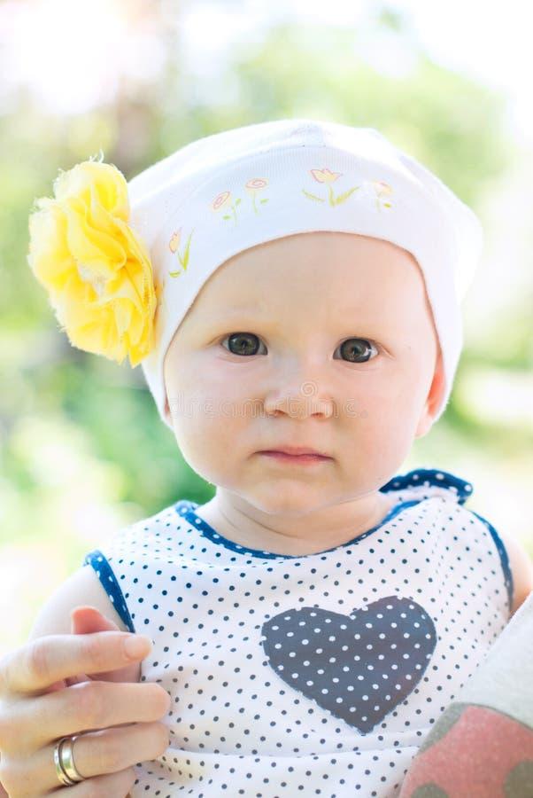 Милая маленькая девочка outdoors в сельской местности стоковые изображения rf