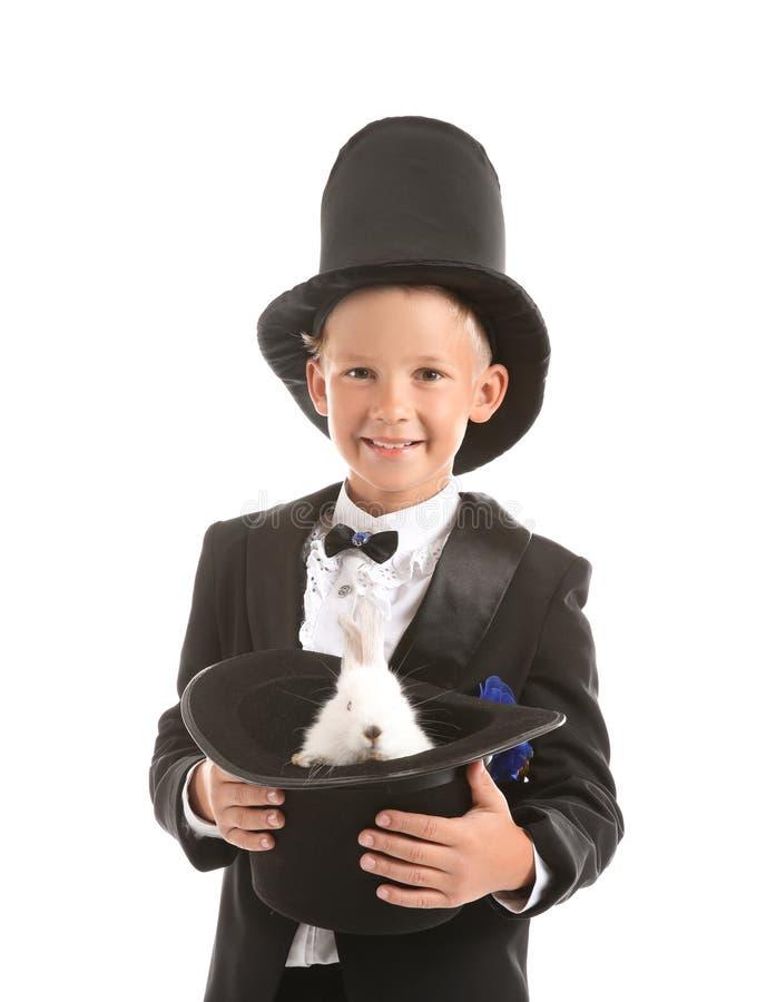 Милая маленькая шляпа удерживания волшебника с кроликом на белой предпосылке стоковые фотографии rf