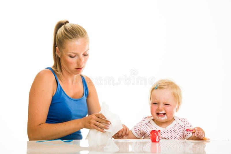 Милая младенческая девушка learining для еды стоковое изображение