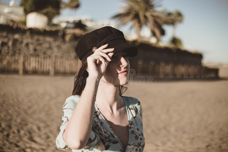 Милая молодая женщина в пустыне касаясь ее черной крышке стоковые изображения rf