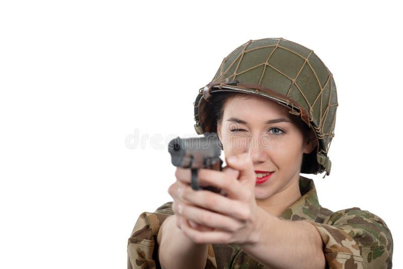 Милая молодая женщина одетая в американской военной форме ww2 со шлемом и личным огнестрельным оружием стоковые изображения rf