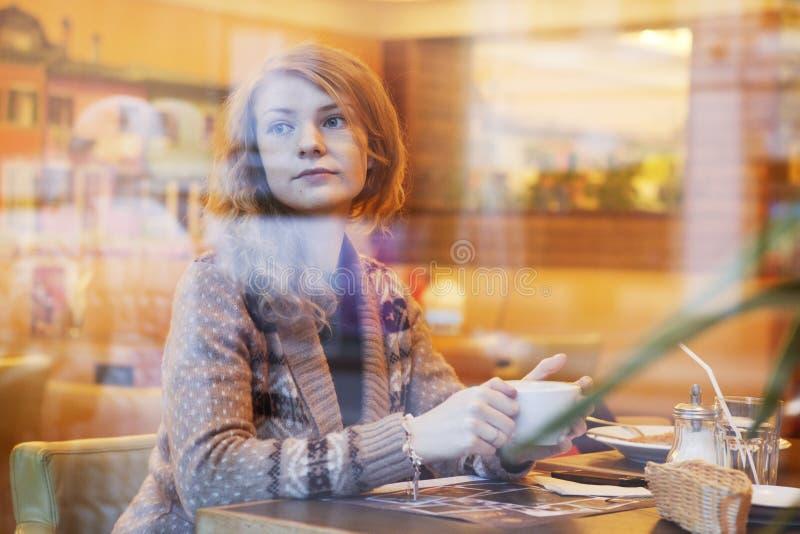 Милая молодая женщина стоковое фото