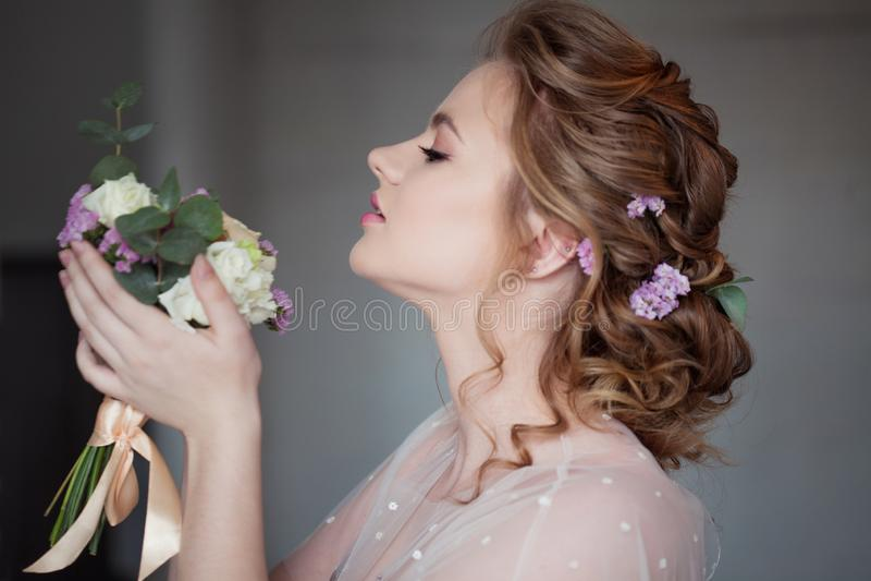 Милая молодая невеста в розовом платье Девушка с букетом свадьбы, стоковое изображение rf