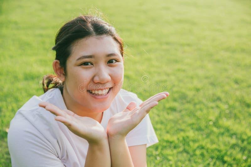 Милая молодая невиновная азиатская тучная предназначенная для подростков улыбка стоковое изображение rf