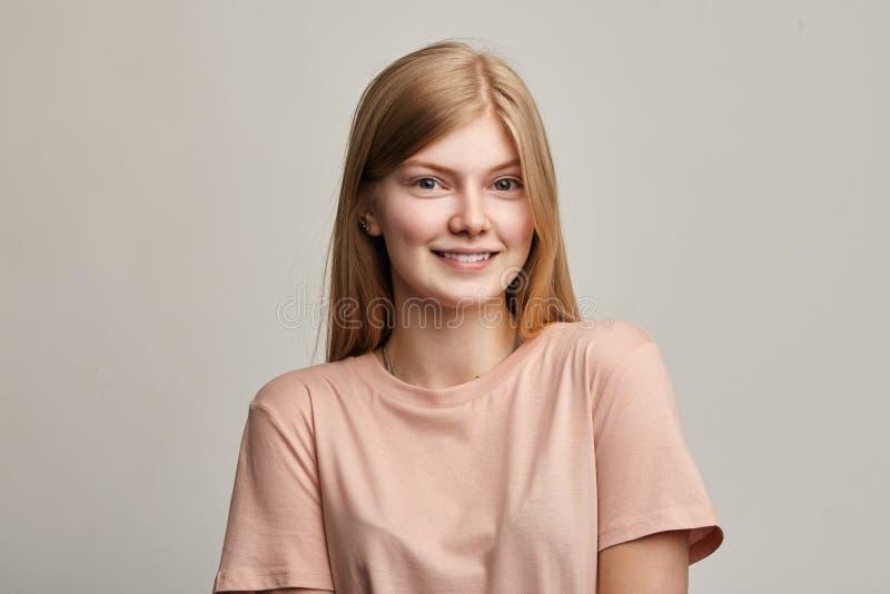 Милая молодая счастливая девушка с удовлетворенным выражением стоковые фотографии rf