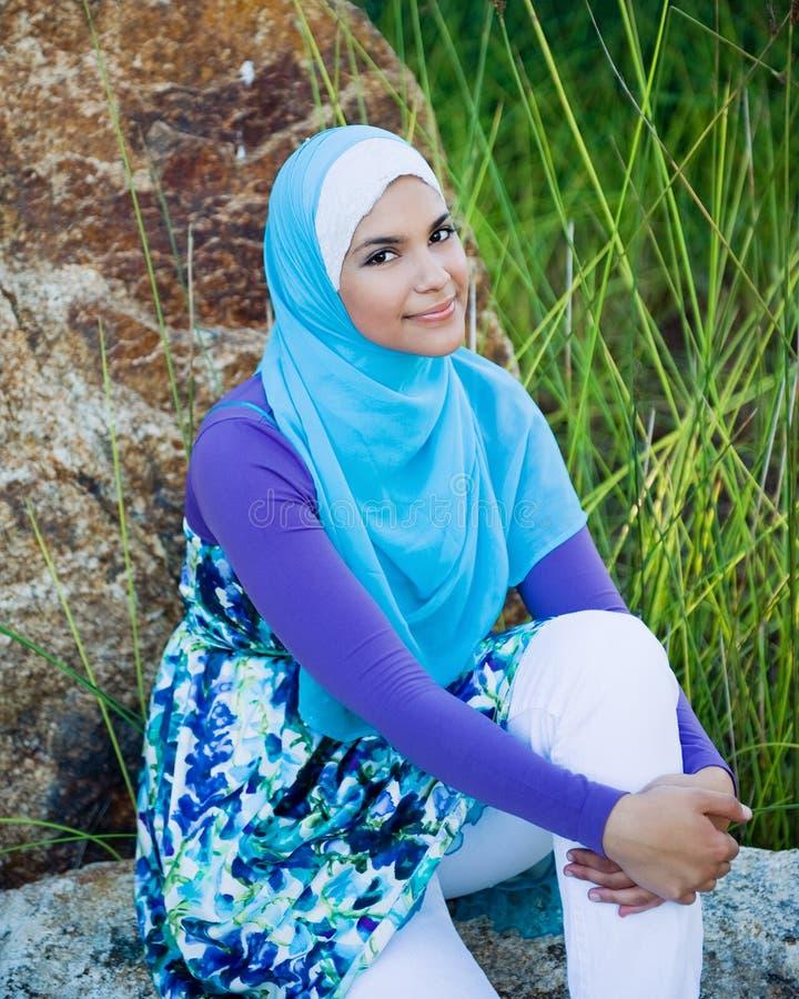 Милая мусульманская предназначенная для подростков девушка стоковая фотография