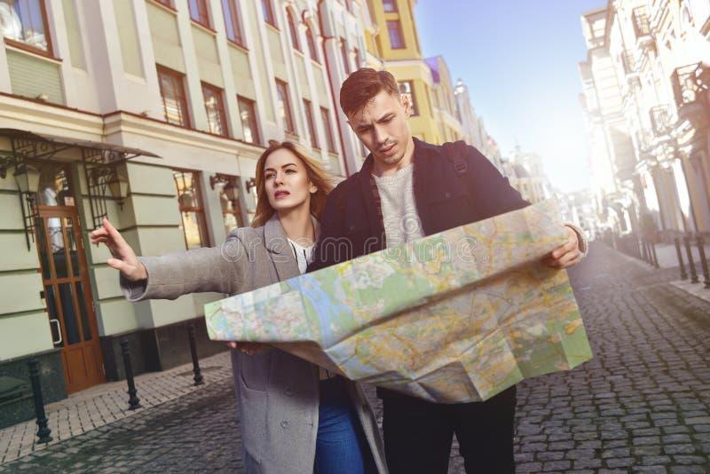 Милая прогулка пар путешествовать в городе стоковое изображение rf
