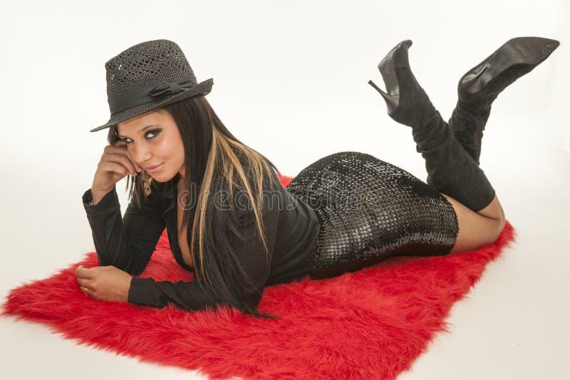 Милая сексуальная молодая женщина на красном ковре стоковое изображение rf