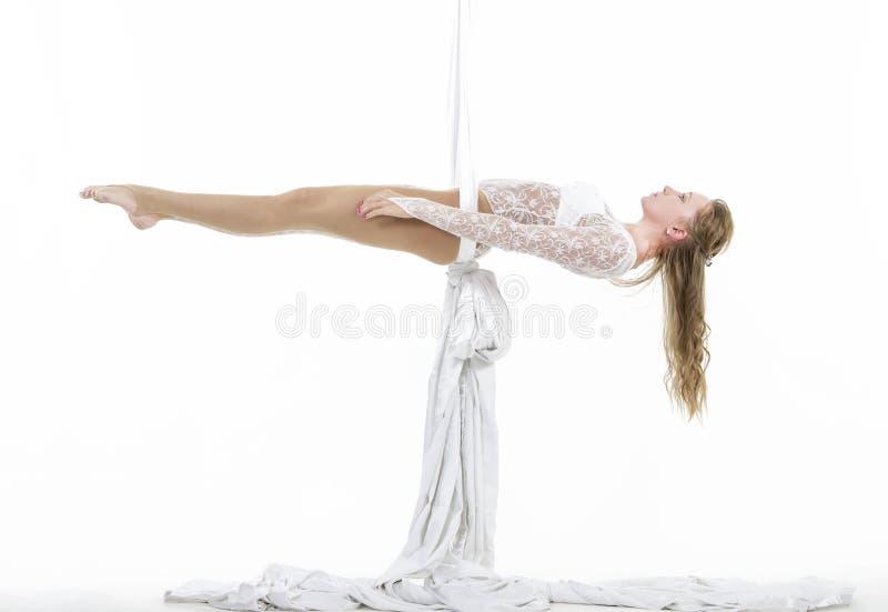 Милая смертная казнь через повешение женщины в воздушном шелке - aerialist выполняя фокусы антенны стоковые изображения