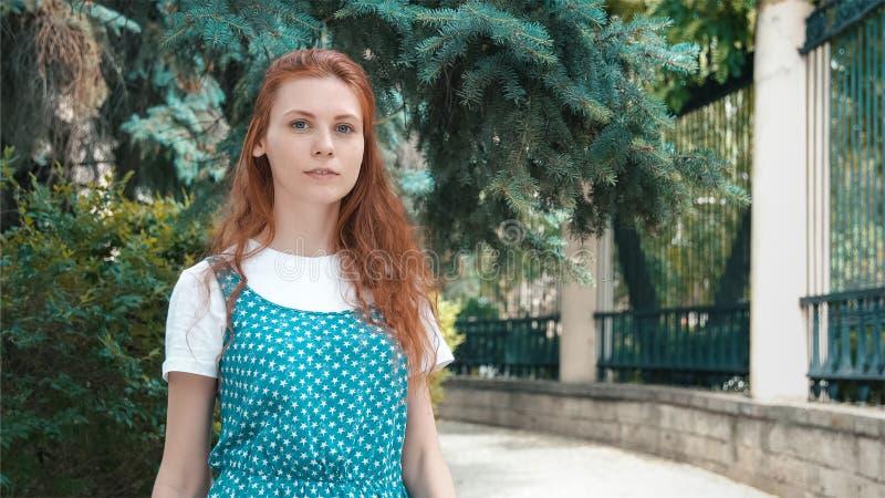 Милая смешная девушка redhead в coniferous парке стоковое фото rf