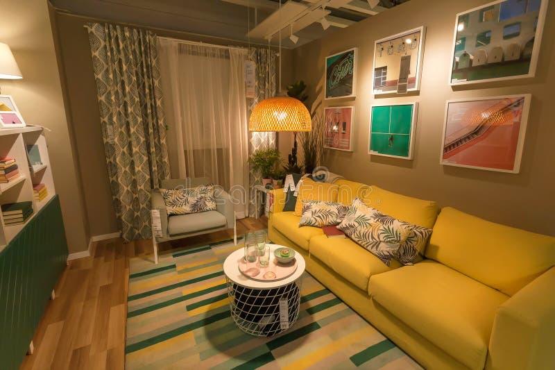 Милая современная живущая комната в большом магазине IKEA с софой, мебелью, оформлением, лампами и продуктами для дома стоковые изображения rf