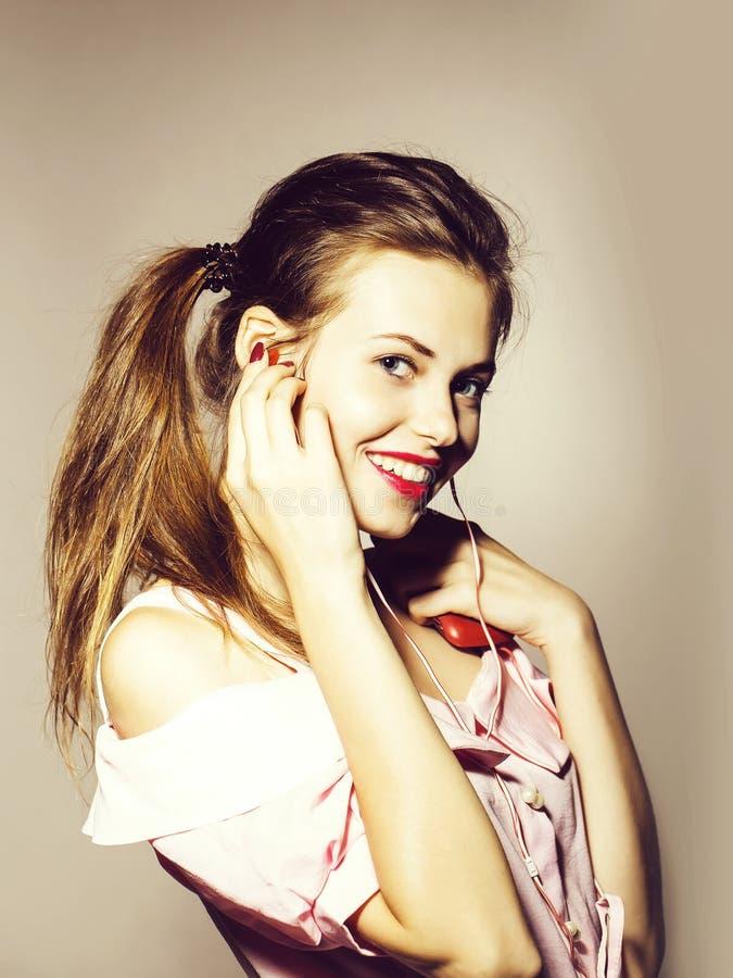 Милая стильная девушка со шлемофоном стоковые фото