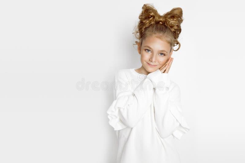 Милая, счастливая белокурая маленькая девочка в одеждах зимы осени Красота и радостная девушка стоковое фото rf