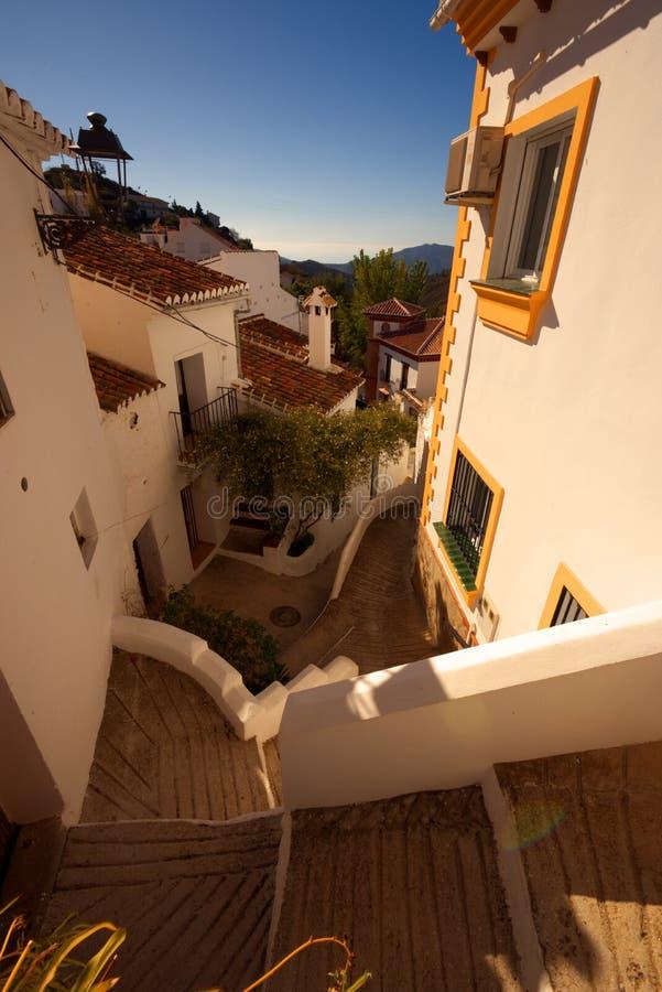Милая улица замотки в белизне покрасила деревню Sedella, Испании стоковое фото