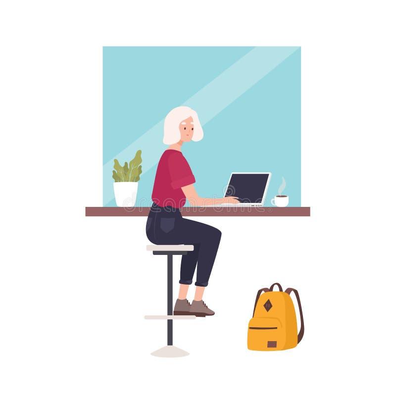Милая усмехаясь женщина сидя на кафе и работая на ноутбуке Смешной молодой профессиональный или женский независимый работник бесплатная иллюстрация