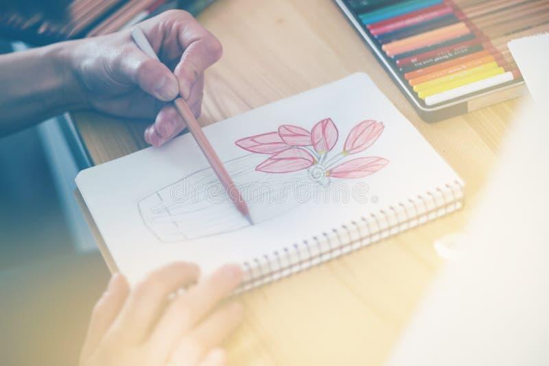 Милая усмехаясь молодая женщина рисуя изображение с краской плаката, светлый тонизировать стоковые изображения rf