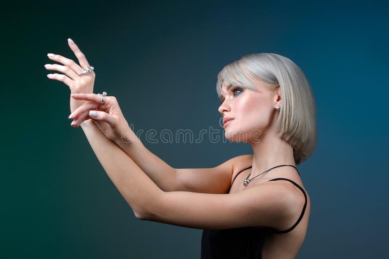 Милая фотомодель молодой женщины с ожерельем ювелирных изделий на серой предпосылке Размещение продукта и концепция маркетинга ре стоковая фотография