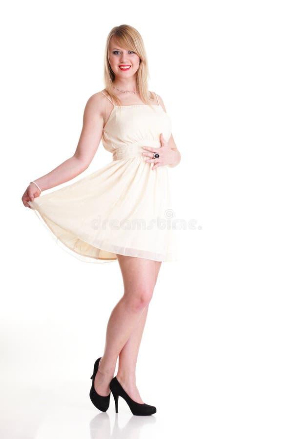 Милая шикарная женщина в платье имея потеху, изолированную на белизне стоковые фотографии rf