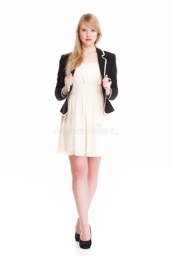 Милая шикарная женщина в черном платье имея потеху, изолированную на белизне стоковые фотографии rf