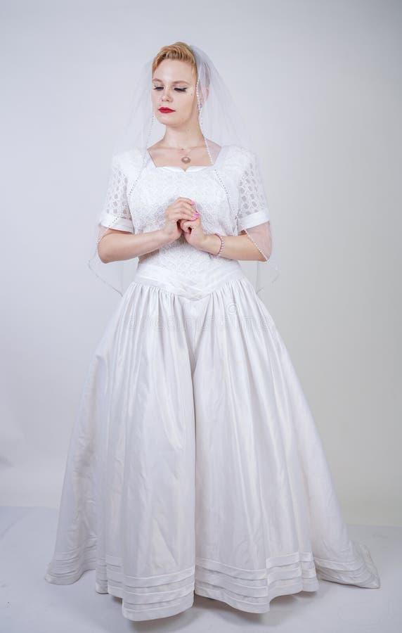Милая curvy взрослая женщина с короткими волосами нося длинное винтажное платье свадьбы с юбкой стиля солнца молодая кавказская н стоковые фотографии rf