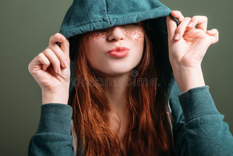 Милое настроение потехи свободы молодости молодой женщины стоковая фотография rf
