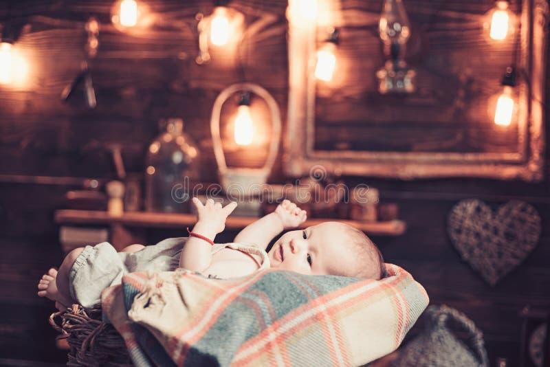 Милое фото r E r Детство и счастье Небольшая девушка с милой стороной _ E стоковые изображения