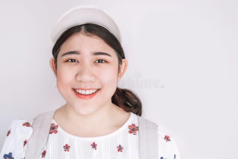 Милые азиатские жирные предназначенные для подростков детеныши девушки усмехаясь на белом космосе для текста стоковое фото rf