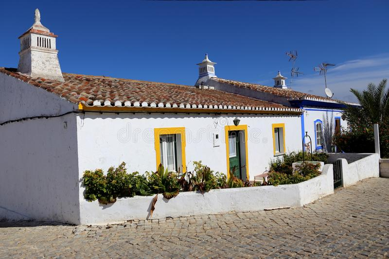 Милые Белые Дома в Cacela Velha, Алгарве, Португалии стоковые фотографии rf